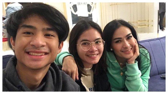 Iis Dahlia bersama keluarganya saat di London (Instagram/isdadahlia)