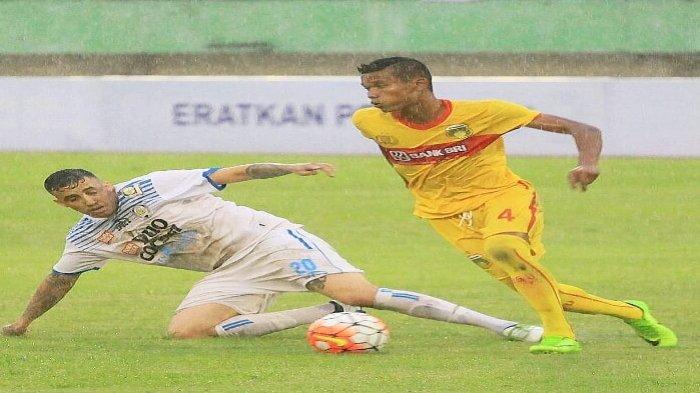 Ikhfanul Alam (kanan) beraksi untuk Bhayangkara FC.