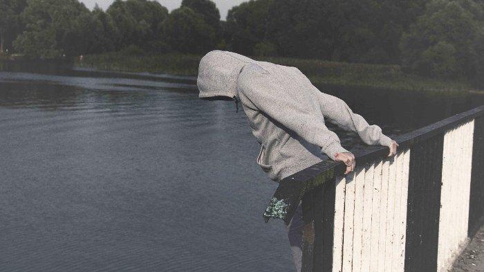 FOTO: Ilustrasi seseorang ingin melompat dari jembatan dan diduga ingin bunuh diri