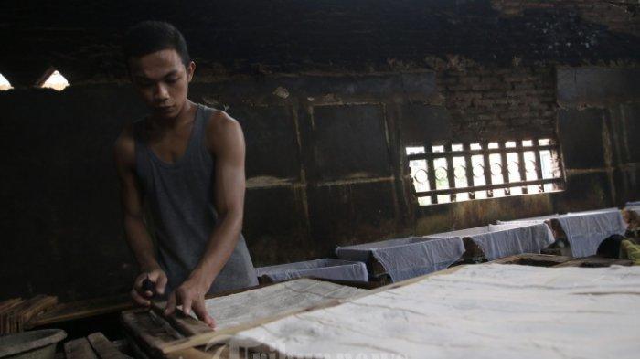 ILUSTRASI Kegiatan Ekonomi di Indonesia - Pekerja memproduksi tahu di sentra UMKM (Usaha Mikro, Kecil dan Menengah), Jalan Pdjadjaran, Gang Sari Dele 2, Gunung Sulah, Way Halim, Selasa (14/7/2020). Menurut perajin tahu sejak mewabahnya Covid-19 beberapa waktu lalu hingga saat ini, terpaksa mengurangi jumlah produksi tahu hingga mengalami penurunan, dari 150 Kg kedelai per hari saat ini hanya sekitar 100 Kg per hari.