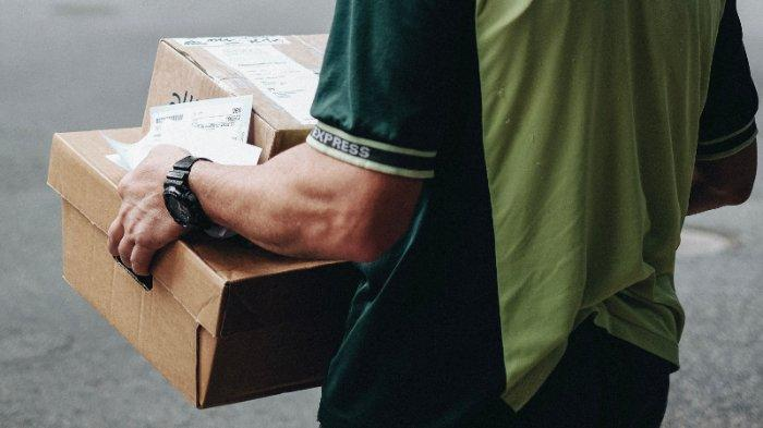 ilustrasi-kurir-pengantar-paket-barang-345678.jpg