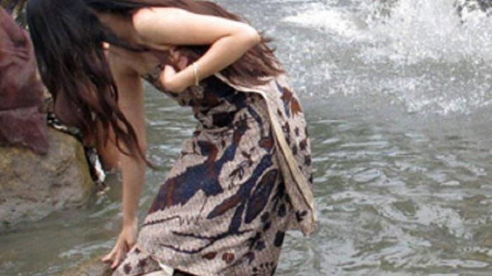 ilustrasi mandi di sungai