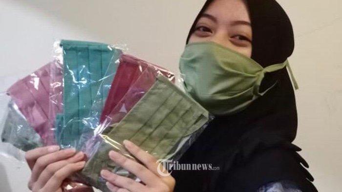 Ilustrasi: Beragam corak dan warna masker kain ini ditawarkan penjualnya di kawasan Cibubur, Jakarta Timur, seharga Rp 10 Ribu per pieces, Selasa (31/3/2020). Masker kain dengan harga terjangkau ini menjadi pilihan warga untuk mencegah serangan wabah Covid-10. Hingga kini masker masih dicari dan dibutuhkan warga