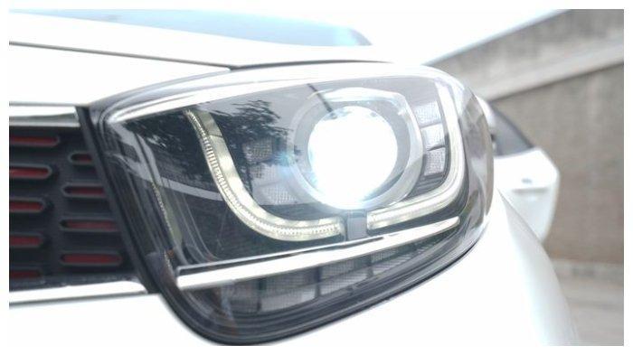 Ilustrasi nyala lampu utama Kia Picanto GT Line yang sudah LED proyektor di siang hari
