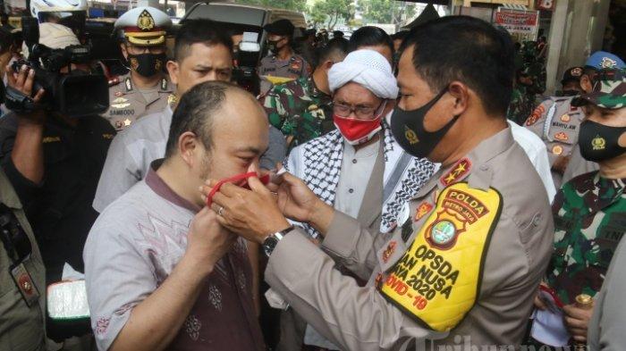 ILUSTRASI --- PROTOKOL KESEHATAN - Kapolda Metro Jaya, Irjen Pol Nana Sudjana dan Pangdam Jaya, Mayjen TNI Dudung Abdurachman, menggelar kegiatan penerapan, pengawasan, pendisiplinan protokol kesehatan di Pasar Blok A Tanah Abang, Jakarta Pusat, Jumat (11/9/2020). Dalam kesempatan ini kapolda dan pangdam menyerahkan bantuan sosial sembako, masker dan rompi penegak disiplin kepada sejumlah elemen masyarakat di Tanah Abang. Hal ini dilakukan dalam rangka penanganan dan pencegahan penyebaran wabah Covid-19 di ibukota.