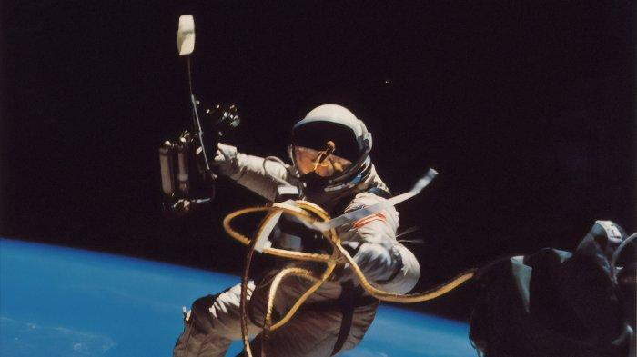 ilustrasi-seorang-astronot-di-luar-angkasa-45.jpg
