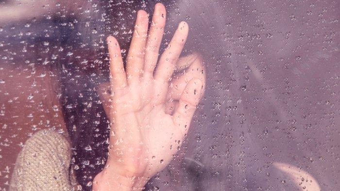 ilustrasi-seorang-perempuan-di-tengah-guyuran-hujan.jpg