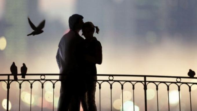 Ilustrasi mencium pasangan