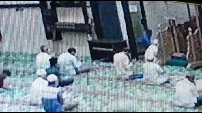 Imam Masjid Tiba-tiba Ditusuk OTK dengan Pisau Dapur, Imam Menendangkan Kaki, Pisau Itu Pun Bengkok