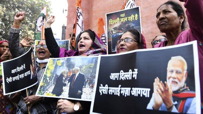Pendukung Partai Kongres meneriakkan slogan-slogan terhadap Perdana Menteri India Narendra Modi selama protes di Amritsar pada 26 Februari 2020, menyusul bentrokan antara orang-orang yang mendukung dan menentang amandemen yang kontroversial terhadap undang-undang kewarganegaraan India di New Delhi. Polisi anti huru hara berpatroli di jalan-jalan ibukota India pada hari Rabu dan pemimpin kota menyerukan jam malam setelah pertempuran antara umat Hindu dan Muslim yang merenggut sedikitnya 20 jiwa. Dua hari kerusuhan - bentrokan antara gerombolan bersenjatakan pedang dan senjata - adalah kekerasan terburuk yang terjadi di Delhi dalam beberapa dekade.NARINDER NANU/AFP. (NARINDER NANU/AFP.)