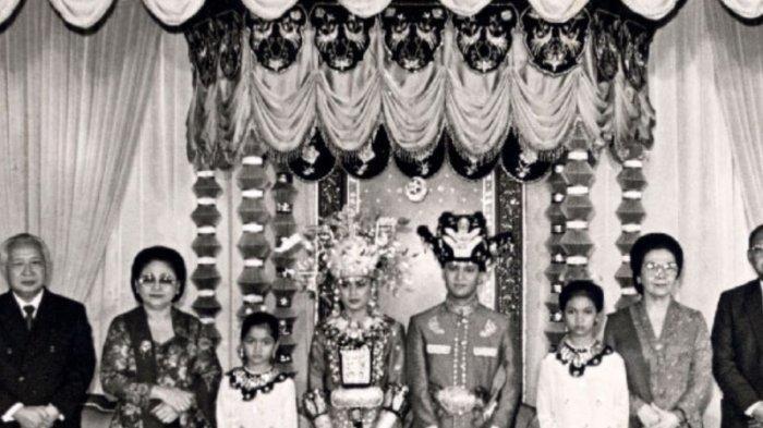 Kebersamaan BJ Habibie dan Soeharto di pernikahan Insana Abdul Adjid dan Ilham Akbar Habibie.