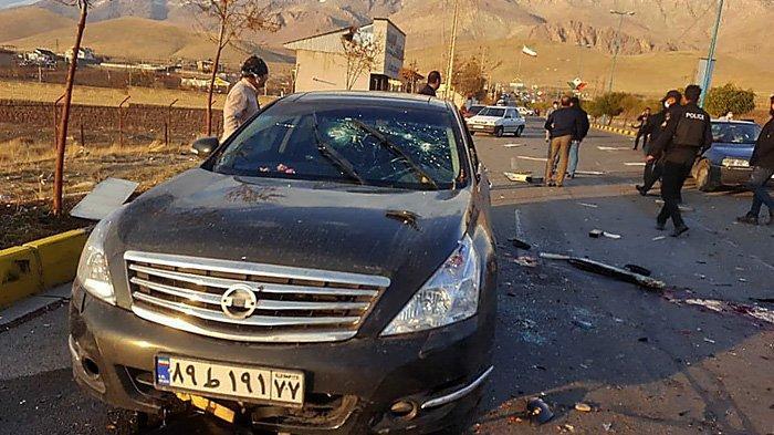 Foto selebaran yang disediakan oleh TV pemerintah Iran (IRIB) pada 27 November 2020, menunjukkan mobil yang rusak dari ilmuwan nuklir Iran Mohsen Fakhrizadeh setelah diserang di dekat ibu kota Teheran. Ilmuwan itu meninggal di rumah sakit karena luka-lukanya menyusul serangan