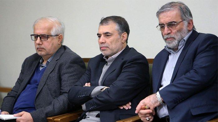 Gambar yang disediakan oleh situs web resmi Pemimpin Tertinggi Iran pada 27 November 2020, menunjukkan ilmuwan Iran Mohsen Fakhrizadeh (kanan) selama pertemuan dengan pemimpin tertinggi Iran (tak terlihat) di Teheran, pada 23 Januari 2019. Iran mengatakan Mohsen Fakhrizadeh , salah satu ilmuwan nuklir paling terkemuka, tewas dalam serangan terhadap mobilnya di luar Teheran yang dituduh musuh bebuyutan Israel berada di belakang.