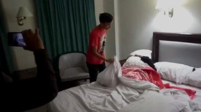 Istri menangkap basah suami yang berduaan dengan selingkuhan suami di hotel.