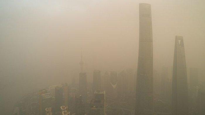 Kim Jong-un khawatir debu kuning seperti yang melanda Kota Shanghai, China, ini akan melanda kota-kota di Korea Utara dan menyebarkan virus corona. (GETTY IMAGES VIA DAILY STAR)