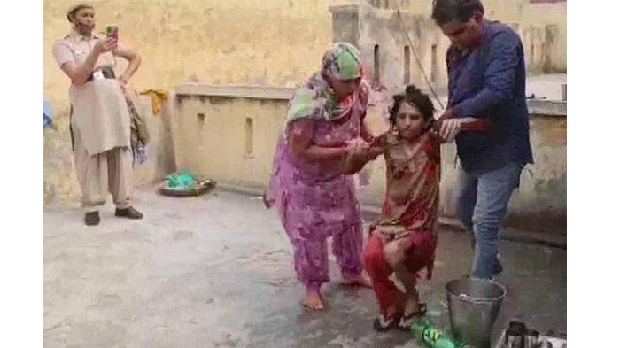 Seorang istri di India tak mampu lagi berdiri dan berjalan setelah dikurung suaminya selama 1,5 tahun di toilet sempit.