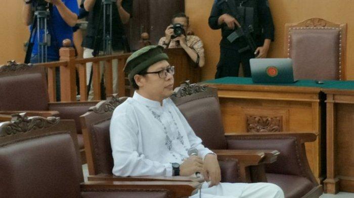 Pimpinan kelompok Jemaah Ansharut Daulah (JAD) Zainal Anshori saat memberikan kesaksian dalam sidang kasus peledakan bom di Jalan MH Thamrin pada Januari 2016 dengan terdakwa Aman Abdurrahman. Sidang digelar di Pengadilan Negeri Jakarta Selatan, Jumat (9/3/2018).(KOMPAS.com/NURSITA SARI)