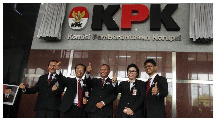 Ketua KPK Agus Rahardjo berfoto bersama dengan empat Wakil Ketua KPK Basaria Pandjaitan, Laode Muhamad Syarif (kanan), Saut Situmorang, dan Alexander Marwata usai acara peresmian penggunaan Gedung KPK di Jalan Kuningan Persada, Kavling C4, Jakarta Selatan, Selasa (29/12/2015). Gedung KPK yang berjuluk gedung Dwi Warna tersebut memiliki 16 lantai dengan luas 8.000 meter persegi serta mengusung konsep