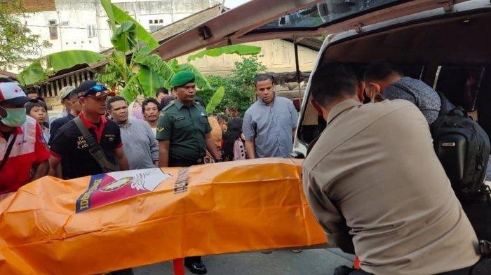 Jasad Eliyana Sari (21), mahasiswi salah satu kampus di Banda Aceh, ditemukan meninggal tergantung di pintu kamar mandi kontrakannya di Gampong Laksana, Kecamatan Kuta Alam, Banda Aceh, Minggu (22/12/2019) sore, saat dievakuasi ke mobil ambulans.