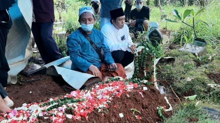 Jenazah pelawak Murfi Sembako dimakamkan di TPU Tanah Wakaf, kawasan Batu Sari, Kemanggisan, Jakarta Barat, Sabtu (30/1/2021).