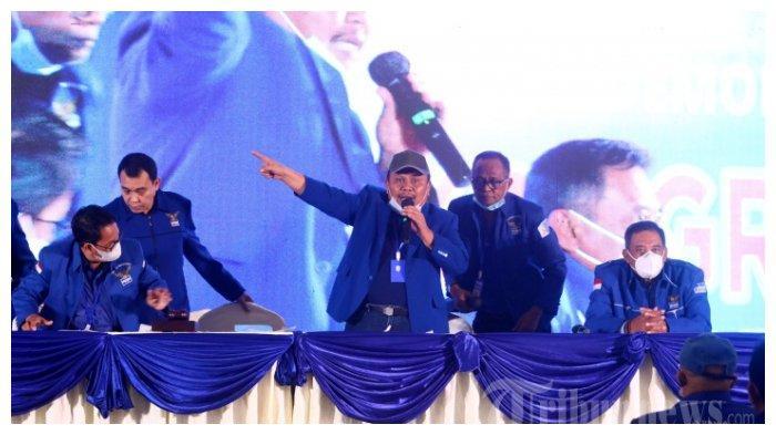 Pimpinan sidang, Jhoni Alen Marbun bersama kader partai menggelar Kongres Luar Biasa (KLB) Partai Demokrat di The Hill Hotel Sibolangit, Deliserdang, Sumatera Utara, Jumat (5/3/2021).