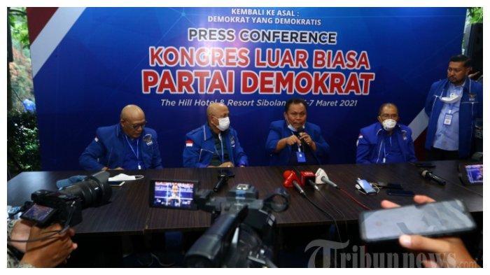 Pimpinan sidang, Jhoni Alen Marbun (tengah) bersama politisi senior, Max Sopacua (kedua kanan) memberikan keterangan kepada wartawan saat Kongres Luar Biasa (KLB) Partai Demokrat di The Hill Hotel Sibolangit, Deli Serdang, Sumatera Utara, Jumat (5/3/2021). Berdasarkan hasil KLB tersebut, Moeldoko terpilih menjadi Ketua Umum Partai Demokrat.