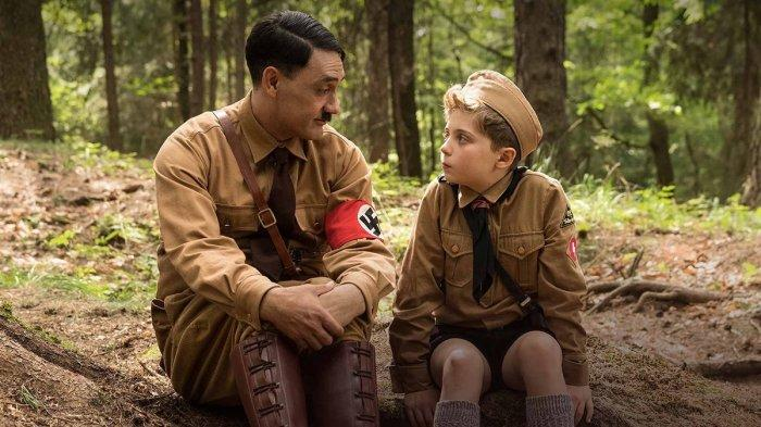 Taika Waititi dan Roman Griffin Davis dalam film Jojo Rabbit (2019)