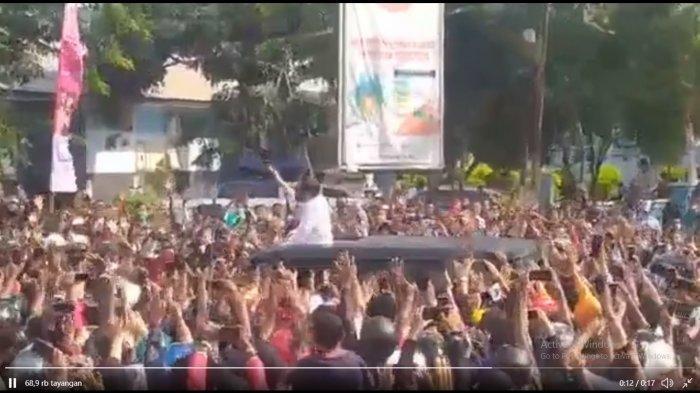 Viral potongan video yang menunjukkan kunjungan Presiden Joko Widodo di Maumere, Nusa Tenggara Timur (NTT) mengakibatkan kerumunan warga.