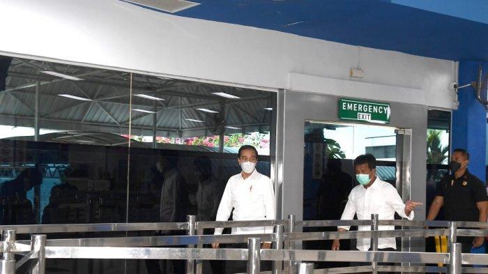 Jokowi saat meninjau kesiapan rumah sakit darurat penanganan Covid-19 di Pulau Galang, Kota Batam, Provinsi Kepulauan Riau, pada Rabu, 1 April 2020.
