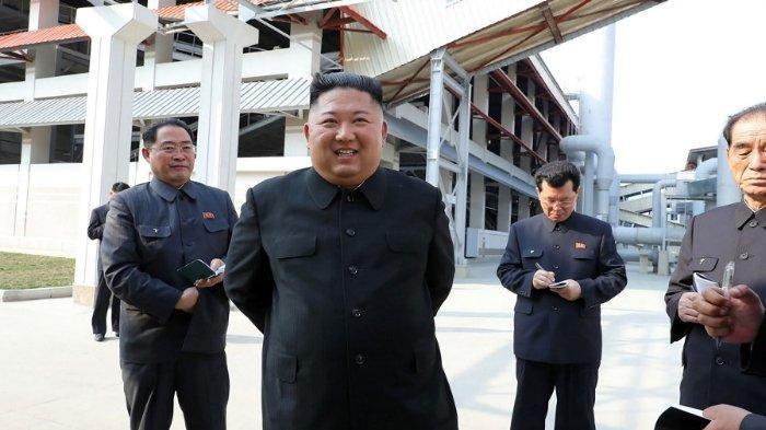 Foto ini diambil pada 1 Mei 2020 dan dirilis dari Kantor Berita Pusat Korea (KCNA) resmi Korea Utara pada 2 Mei 2020 menunjukkan pemimpin Korea Utara Kim Jong Un mengunjungi pabrik pupuk Suchon phosphate yang telah selesai di Provinsi Pyongan Selatan, Korea Utara. Korea. (STR/KCNA VIA KNS/AFP)