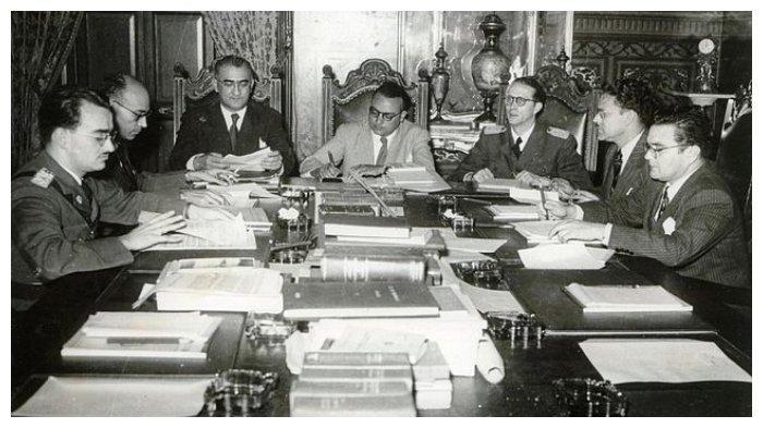 Anggota Pemerintah Revolusioner Junta tahun 1945. Dari kiri ke kanan: Mario Ricardo Vargas, Raúl Leoni, Valmore Rodríguez, Betancourt, Carlos Delgado Chalbaud, Edmundo Fernández, dan Gonzalo Barrios