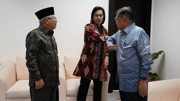 Jusuf Kalla dan Sri Mulyani melakukan salam corona saat menemui Wakil Presiden Maruf Amin di Jalan Medan Merdeka Utara, Jakarta Pusat, Kamis (12/3/2020).