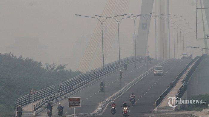 Ilustrasi: Kabut asap menyelimuti jalan akses menuju jembatan Siak IV di Kecamatan Rumbai Pesisir, Pekanbaru, Riau, Senin (9/9/2019). Berdasarkan pantauan satelit yang dirilis Badan Meteorologi Klimatologi dan Geofisika (BMKG) Stasiun Pekanbaru, di Riau terpantau 289 titik, hotspot terbanyak terpantau di Kabupaten Indragiri Hilir 185 titik, kemudian Pelalawan 57 titik, Indragiri Hulu 31 titik, Bengkalis 4 titik, Meranti dan Kampar masing-masing 2 titik, dan Dumai, Kuansing, serta Rokan Hilir masing-masing 1 titik. Sedangkan di provinsi tetangga paling parah ada di Jambi 504 titik, Sumatera Selatan 332 titik, Lampung 70 titik, Bangka Belitung 66 titik, Kepulauan Riau 14 titik, dan Sumatera Barat 3 titik.