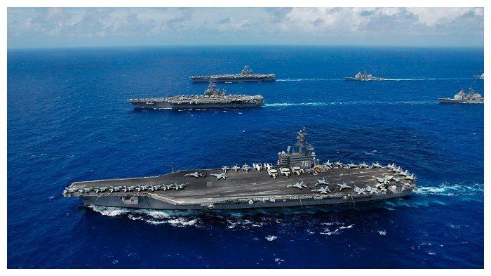 ILUSTRASI - Kapal Induk Ronald Reagen (depan) saat berada di Pasifik pada 18 Juni 2006