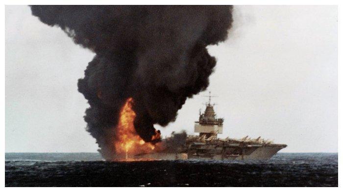 kapal-induk-uss-enterprise-terbakar-karena-roket-zuni-di-pesawat-f-4-phantom-yang-dibawanya-meledak.jpg