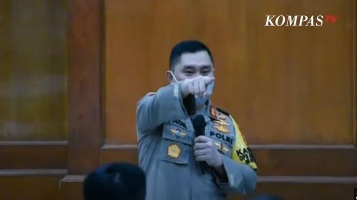 Kapolda Jatim Irjen Pol Muhammad  Fadil Imran mengusir kapolsek di Surabaya yang tertidur saat rapat evaluasi PSBB di Surabaya, Jumat (22/5/2020).