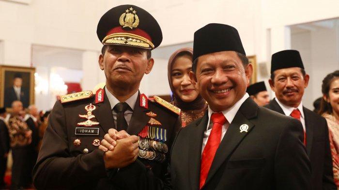 Kapolri Jenderal Idham Azis bersalaman dengan mantan Kapolri yang jadi Mendagri Tito Karnavian saat pelantikan Idham Azis menjadi Kapolri di Istana Negara, Jumat (1/11/2019).