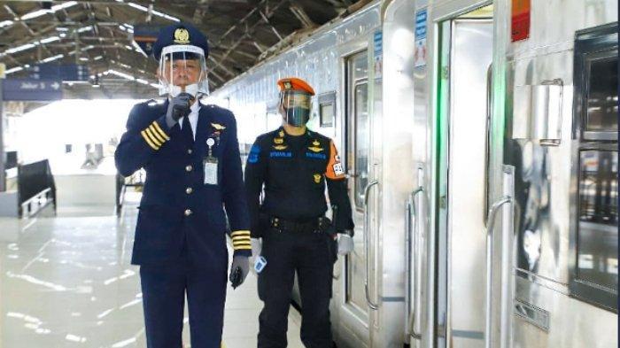 ILUSTRASI - Dua petugas KAI mengenakan masker dan face shield.