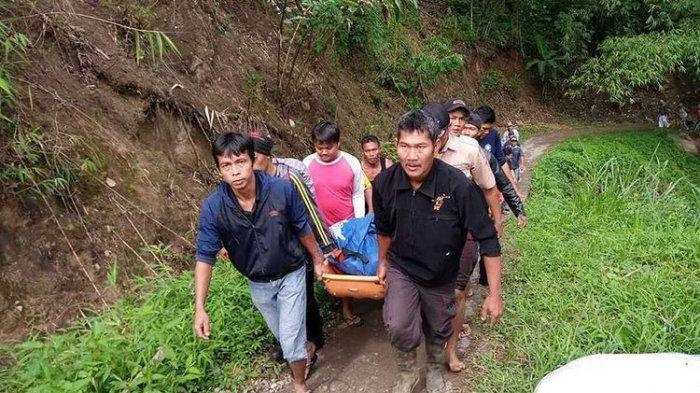 Proses evakuasi korban kecelakaan bus Sriwijaya yang mengalami kecelakaan di Liku Lematang, Desa Prahu Dipo, Kecamatan Dempo Selatan, Kota Pagaralam, Sumatera Selatan, Selasa (24/12/2019)