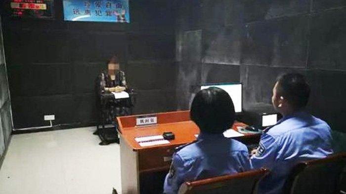 Zhang saat diperiksa polisi