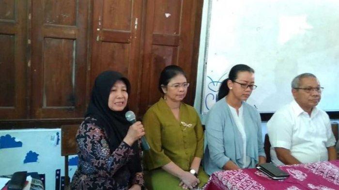 Kepala SMP Negeri 1 Turi, Sleman Tutik Nurdiyana (memengang mikrofon) saat memberikan keterangan kepada wartawan, Sabtu (22/2/2020).