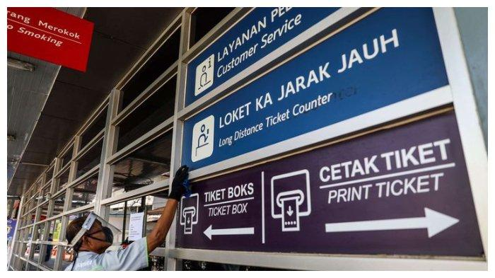 Petugas membersihkan kaca di Stasiun Pasar Senen, Jakarta Pusat, Jumat (12/6/2020). Hasil test PCR atau rapid test antibodi masih menjadi syarat bepergian menggunakan kereta api jarak jauh.