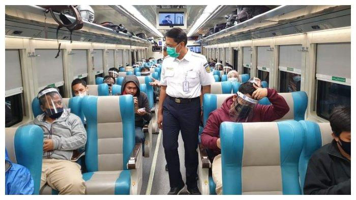 Para penumpang kereta api menggunakan protokol kesehatan