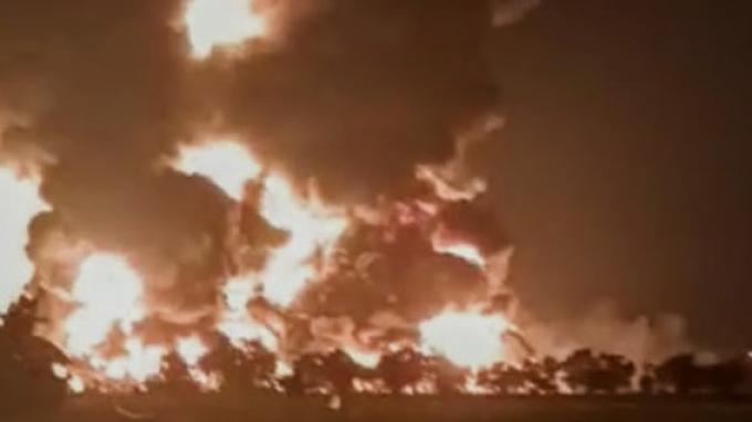 Kilang minyak Pertamina di Balongan, Indramayu, terbakar pada Senin dini hari, (29/3/2021).
