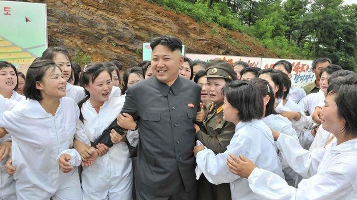Presiden Korea Utara Kim Jong Un di tengah perempuan Korea Utara.