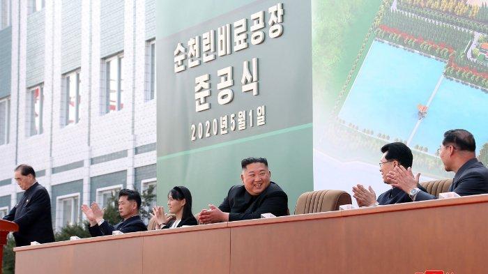 Gambar ini diambil pada tanggal 1 Mei 2020 dan dirilis oleh Kantor Berita Pusat Korea (KCNA) resmi Korea Utara pada tanggal 2 Mei 2020 menunjukkan pemimpin Korea Utara Kim Jong Un menghadiri upacara untuk menandai penyelesaian pabrik pupuk fosfat Sunchon di Provinsi Pyongan Selatan, Korea Utara.