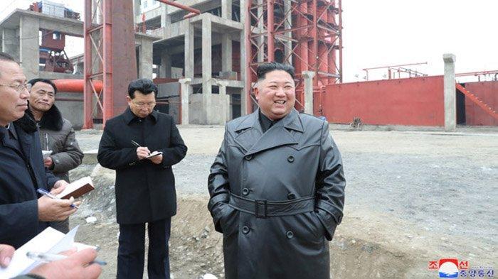 Kim Jong Un ketika mengunjungi situs pembangunan pabrik pupuk di Sunchon, Provinsi Prongan Selatan, Korea Utara pada Rabu (8/1/2020).