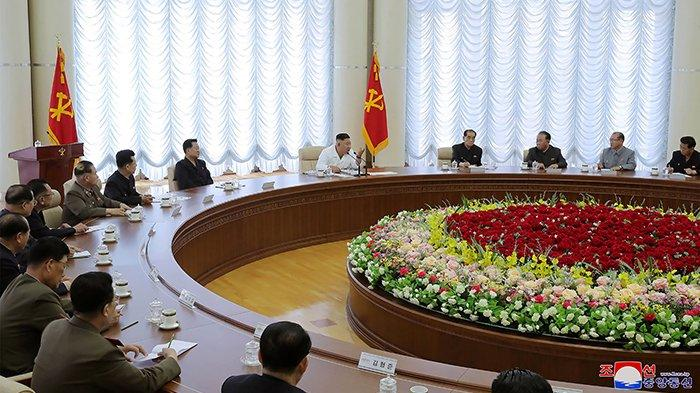 Foto dipotret pada (7/6/2020) dan dirilis oleh media ofisial Korea Utara Korean Central News Agency (KCNA) pada (8/6/2020). Dalam foto tampak Kim Jong Un menghadiri dan memimpin pertemuan atau rapat Politbiro ke-13 Partai Buruh di lokasi yang tidak disebutkan di Korea Utara.