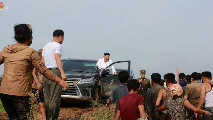 Nyetir Sendiri Naik SUV Lexus, Kim Jong Un Kunjungi Korban Banjir, terungkap Fakta Mengejutkan Ini. Kim Jong Un keluar dari SUV Lexus yang dikemudikan sendiri