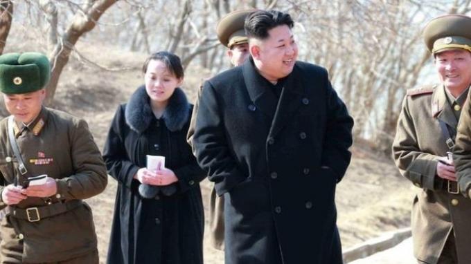 Kim Yo-jong mendampingi kakaknya, Kim Jong-un, mengunjungi satu unit militer Korea Utara pada 2015.